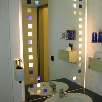 beleuchteter Spiegel mit Farbglasapplikationen