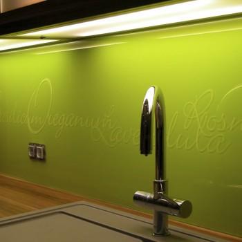 lackierte Küchenrückwand mit sandgestrahlter Zierschrift